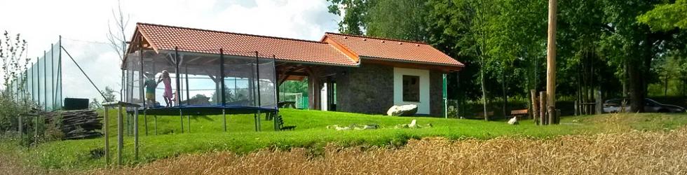 <p>klubovna, trampolína, zelené plochy</p>